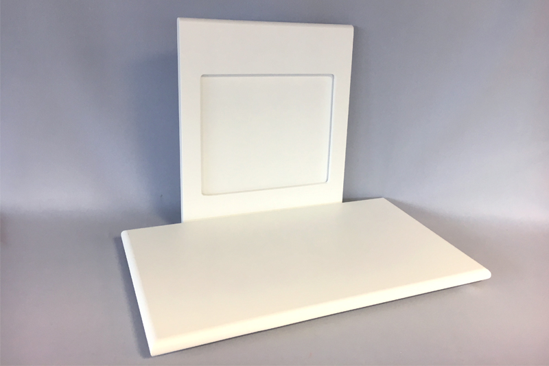 Un ensemble sol + fronton pour vitrine basse.
