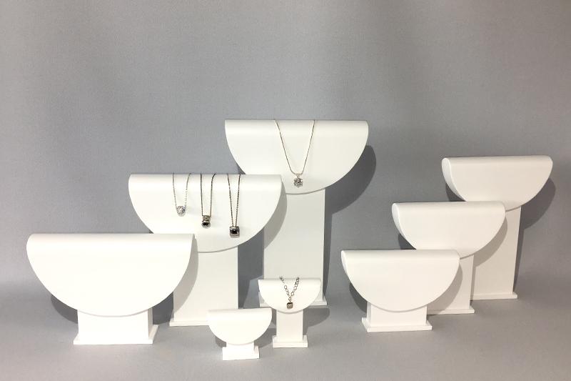 Les bustes «demi-lune» pour les colliers et chaînes pendentifs