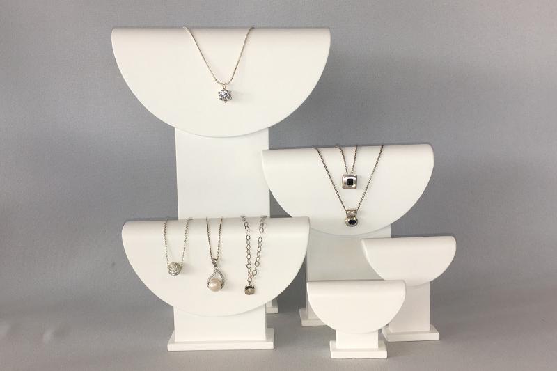 Les bustes «demi-lune» pour les colliers et chaînes pendentifs.
